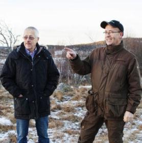 Bosse Lindroos och Stefan Maina berättar för ST om Holm Fiber. Fotograf: Evelina Ytterbom/ST.