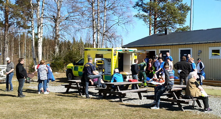 transport ambulancier de Holm Vallen après un dur ensemble sur le plan du parc.