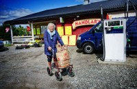 År 2011 slog butiken i Holm igen sina dörrar. Här med Hjördis med rollatorn utanför.