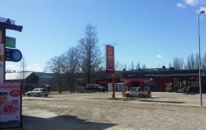 Likaså står samtidigt Lidenmacken till salu på andra sidan vägen mitt i Liden.